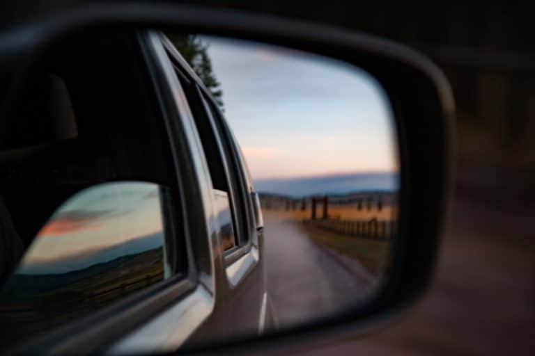Imagen de un espejo retrovisor que evoca un momento de reflexión sobre lo que hemos vivido o experimentado en una iteración o periodo