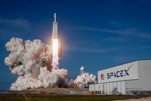 Lanzamiento de Cohete SpaceX - Representa lanzamiento y DevOps