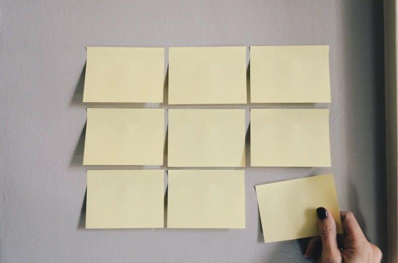 Qu'est-ce qu'un backlog et comment se rapporte-t-il aux produits et aux projets ?