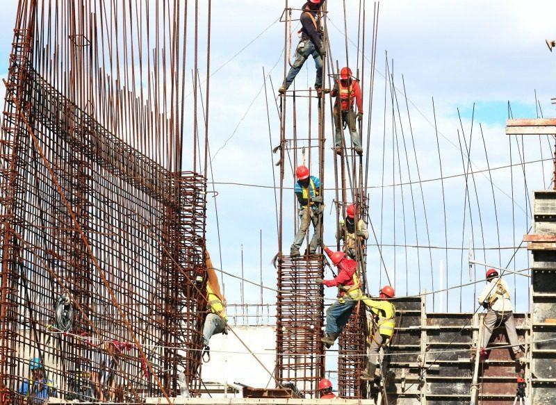 Trabajadores en una construcción representan a los desarrolladores de Scrum
