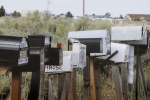 Fotografía con muchos buzones de correo juntos que representan el caos de comunicaciones de nuestro tiempo