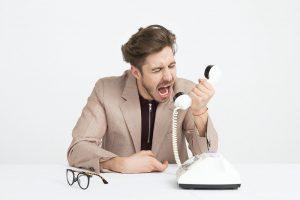 Un hombre que discute por teléfono