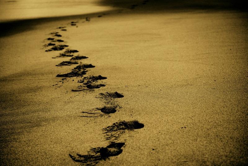 Fotografía de huellas o pisadas en la arena