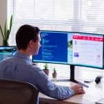 Un hombre trabaja en su computador en una oficina hecha en casa - homeoffice
